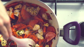 Una varietà variopinta di verdure, bollente in una pentola sulla stufa Vista superiore archivi video