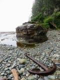 Una vecchia ancora ha lavato lungo il litorale della costa ovest Trai fotografia stock libera da diritti