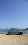 Una vecchia automobile arrugginita abbandonata su una spiaggia Immagini Stock Libere da Diritti