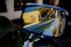 Una vecchia automobile in suo specchio Fotografia Stock Libera da Diritti