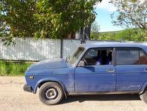 Una vecchia automobile in un villaggio ucraino fotografia stock libera da diritti