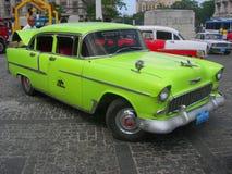 Una vecchia automobile verde tagliata autentica in una via di La Avana Stile di vita urbano di Cuba immagini stock libere da diritti