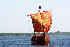 Una vecchia barca sul fiume Fotografie Stock Libere da Diritti