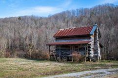 Una vecchia cabina di ceppo che si siede in mezzo del paesaggio desolato dell'inverno, Tennessee sudorientale immagine stock libera da diritti