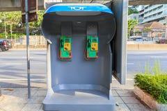 Una vecchia cabina telefonica situata sul marciapiede Fotografie Stock Libere da Diritti