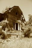 Una vecchia casa è in un villaggio Fotografie Stock
