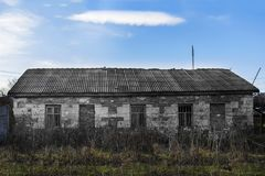 Una vecchia casa abbandonata sui precedenti del cielo fotografia stock libera da diritti