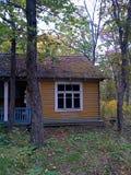 Una vecchia casa abbandonata in un campo nella foresta di autunno fotografia stock libera da diritti