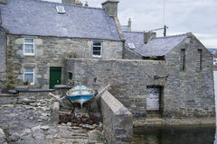 Una vecchia casa con la barca Immagine Stock