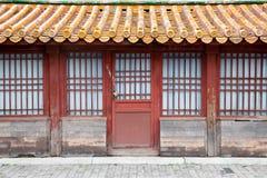 Una vecchia casa con la porta chiusa a chiave immagini stock libere da diritti