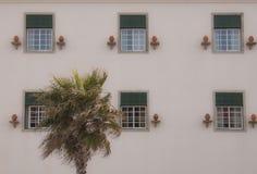 Una vecchia casa con le finestre fotografia stock
