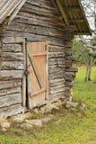 Una vecchia casa di ceppo in un villaggio a distanza Fotografia Stock