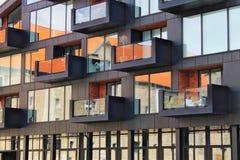 Una vecchia casa riflessa in finestre di nuova casa immagini stock libere da diritti