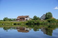 Una vecchia casa sola sul lago, le case riflesse nella superficie del lago del lago, calma Immagine Stock Libera da Diritti