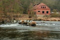 Una vecchia casa vicino dal fiume Fotografie Stock
