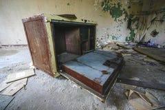 Una vecchia cassaforte distrutta in una vecchia casa abbandonata fotografia stock libera da diritti