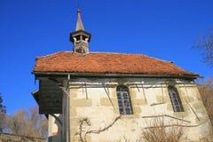 Una vecchia chiesa in un villaggio svizzero Fotografie Stock Libere da Diritti