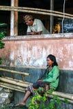 Una vecchia coppia rilassata alla casa là vecchia Viaggio intorno all'Indonesia fotografie stock libere da diritti