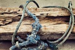Una vecchia corda di barca strutturata su fondo di legno fotografie stock libere da diritti
