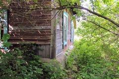 Una vecchia costruzione abbandonata, dove 100 anni fa ha vissuto la famiglia di un ispettore ferroviario Fotografia Stock Libera da Diritti
