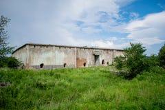 Una vecchia costruzione abbandonata Precedente magazzino della frutta e delle verdure negli anni 80 Fori nelle pareti fotografie stock libere da diritti
