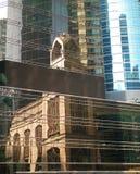Una vecchia costruzione dell'arenaria in Hong Kong ha riflesso nelle finestre del complesso di uffici Immagini Stock