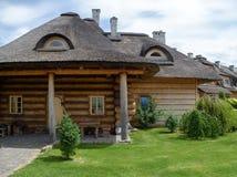 Una vecchia costruzione di legno con un tetto ricoperto di paglia Fotografia Stock