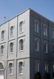 Costruzione grigia dello stucco con Windows bianco Immagini Stock