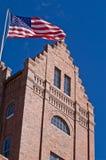 Vecchia costruzione che batte la bandiera americana Fotografie Stock