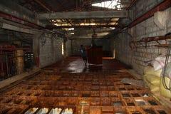 Una vecchia fabbrica del ghiaccio in una posizione a distanza della provincia nelle Filippine lotta per tenere la sua produzione  Immagine Stock