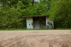 Una vecchia fermata dell'autobus abbandonata in legno Immagini Stock