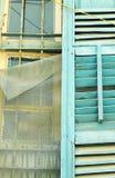 Una vecchia finestra di legno (blu e marrone) Fotografie Stock