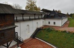 Una vecchia fortezza di legno con le alte pareti e un condotto fotografie stock