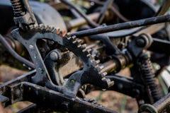 Una vecchia macchina agricola in un'azienda agricola Vecchio aratro sul prato inglese in un'azienda agricola Fotografia Stock Libera da Diritti