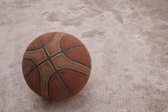 Una vecchia pallacanestro immagini stock libere da diritti