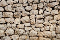 Una vecchia parete di pietra fatta dei blocchi di pietra sciolti - un mosaico naturale della roccia gradisce il modello Immagini Stock Libere da Diritti