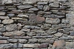 Una vecchia parete di pietra fatta delle pietre ruvide di un colore grigio rettangolare, fatte a mano Fotografia Stock Libera da Diritti
