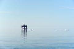 Una vecchia piattaforma petrolifera Immagini Stock