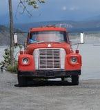 Una vecchia poppa del bus al fiume Copper immagine stock libera da diritti