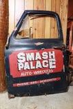 Una vecchia porta di automobile con un logo del ` del palazzo di moneta falsa del ` fotografia stock