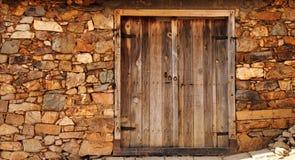 Una vecchia porta di legno immagini stock libere da diritti