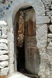 Una vecchia porta marrone della casa Immagine Stock