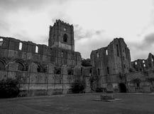 una vecchia rovina della chiesa in bianco e nero immagini stock libere da diritti