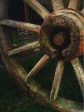 Una vecchia ruota di legno del carretto Immagine Stock Libera da Diritti
