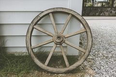 Una vecchia ruota di vagone di legno immagine stock libera da diritti