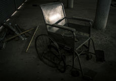 Una vecchia sedia a rotelle nella vecchia stanza la vecchia sedia a rotelle è stata abbandonata ciò è concetto solo e spaventoso Fotografia Stock