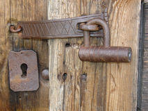 Una vecchia serratura del ferro ad un vecchio woodhouse Fotografia Stock