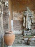 Una vecchia statua di un uomo religioso domenican nell'entrata della chiesa del san Sabina al Aventino, Roma L'Italia Immagine Stock