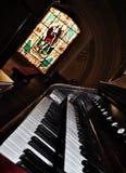Una vecchia tastiera dell'organo di tubo Fotografia Stock