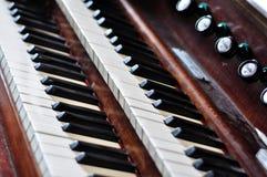 Una vecchia tastiera dell'organo di tubo Immagine Stock Libera da Diritti